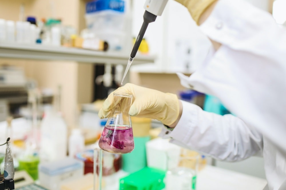 This is a pharmaceutical scientist working in a laboratory.